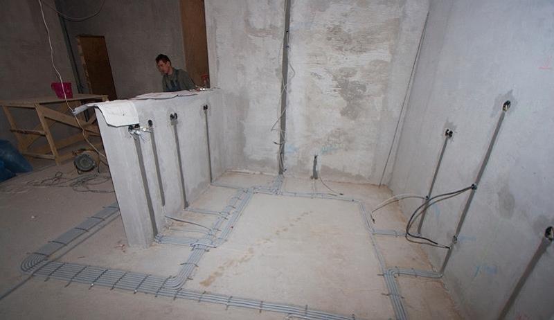 Электропроводка по полу – без горизонтальных штроб