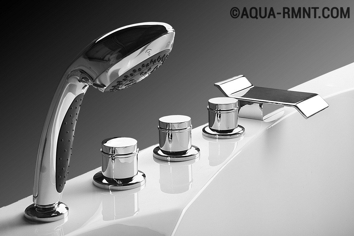 Смеситель на борт ванны украшает интерьер