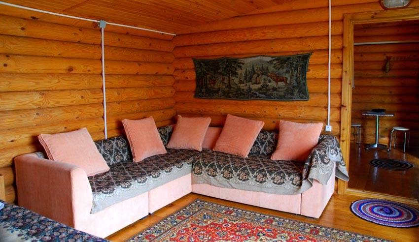 Проводка в деревянном доме открытого типа не всегда гармонирует с интерьером