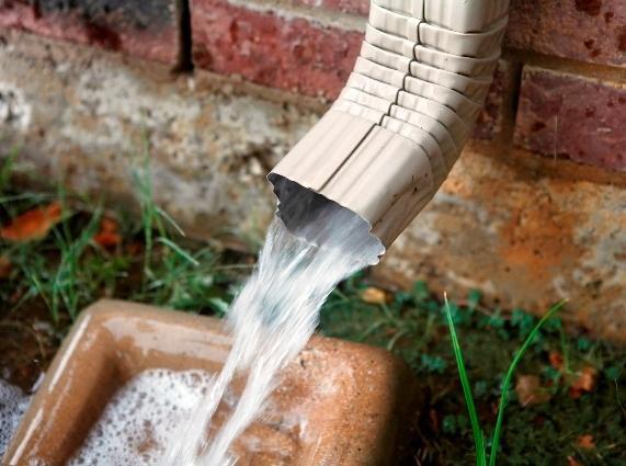 Отвод воды с крыши в ливневую канализацию