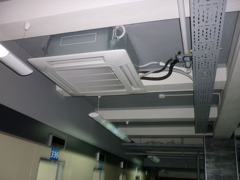 Фанкойлы кассетного типа встраиваются в существующую систему каркаса потолка