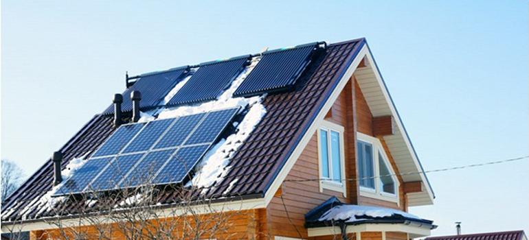 Комплект солнечных батарей на крыше дачи