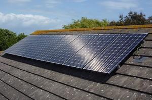 Крепление солнечных батарей на крыше дома