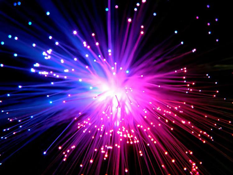 Наглядное представление процесса передачи света по волокну