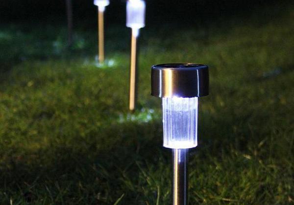 Фонарь на солнечных батареях - отличное решение для дачи