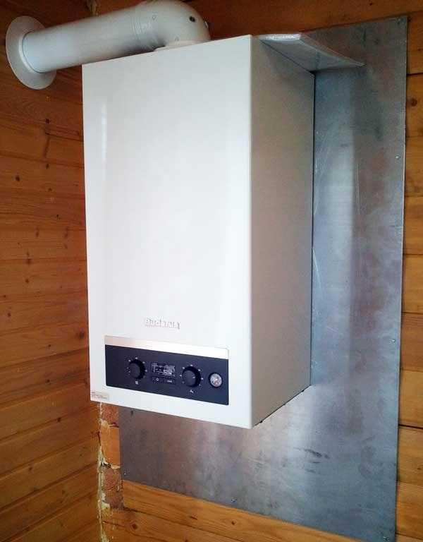 На деревянные стены газовый котел можно повесить только при наличии несгорающей подложки