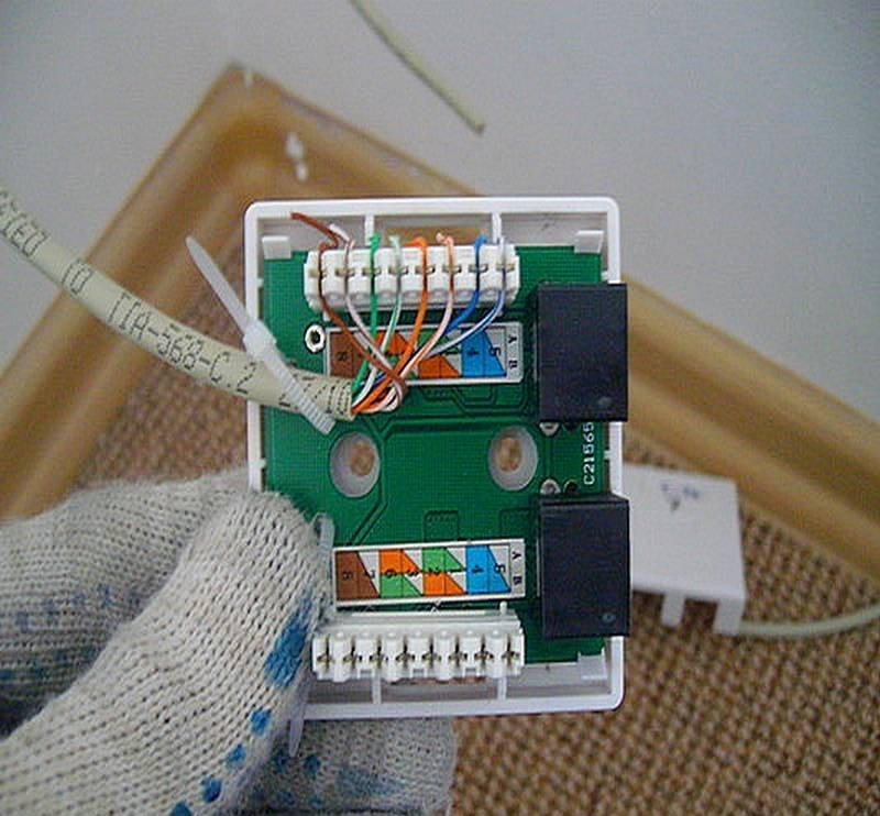 Здесь кроссировка проводов в розетке выполнена по цветовой схеме «В»