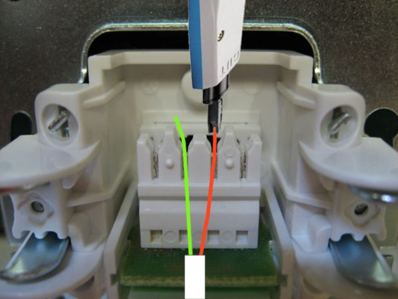Схема подключения провода к средним клеммам 2 и 3 в телефонной розетке