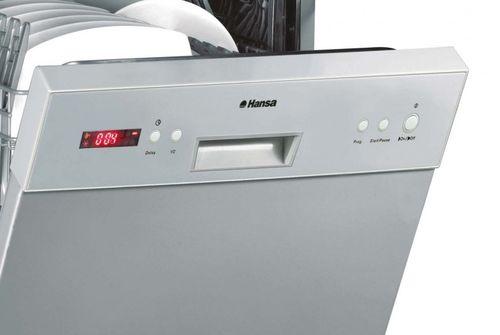 Модель компактной посудомоечной машины Ханса с приоткрытой дверцей и посудой