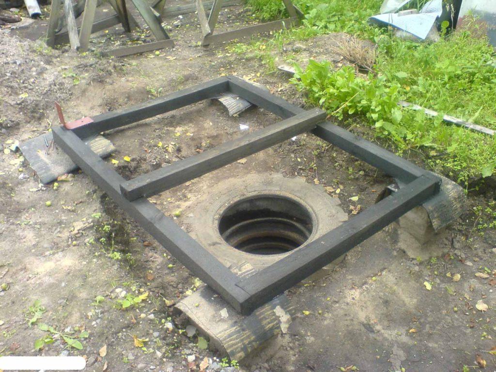 Туалет построенный с использованием выгребной ямы