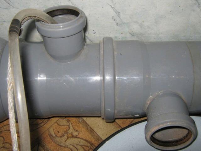 замерзла вода в пластиковой трубе