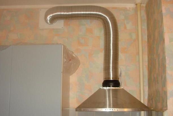 Гофрированный воздуховод в интерьере кухни