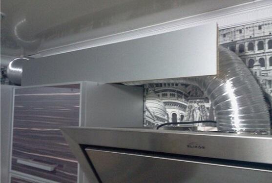 Козырек на кухонном шкафчике для воздуховода