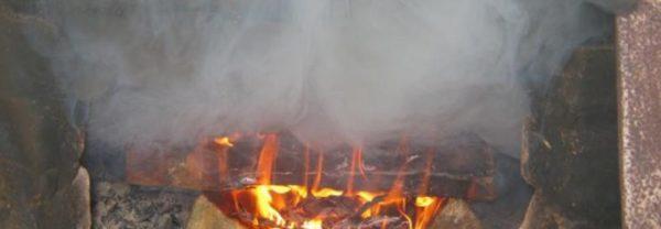 При наличии обратной тяги дым и угарный газ идут в помещение, а не в дымоход