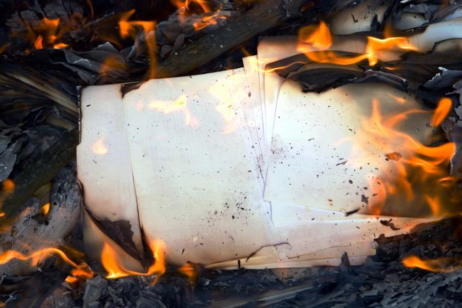 Сжигание бумаги в печи