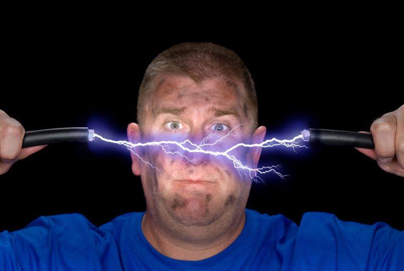 При работе с электропроводкой нужно быть крайне внимательным. Поражение опасно