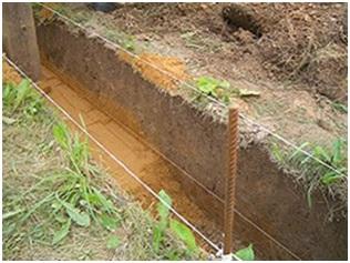 Траншея для канализационных труб с маркировочным шнуром
