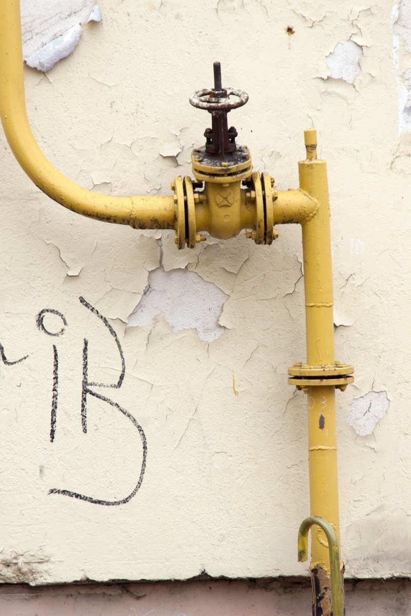 Газовое оборудование за пределами квартиры трогать не стоит. Даже если оно расположено на улице.