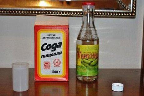 Пачка соды и бутылка уксуса на столе