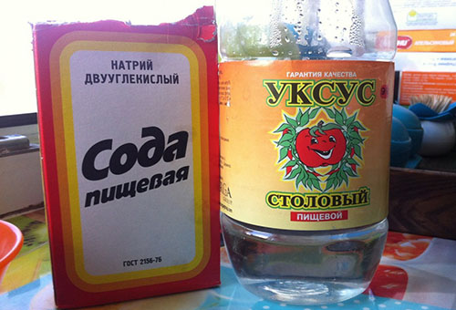 Пачка соды и бутылка уксуса