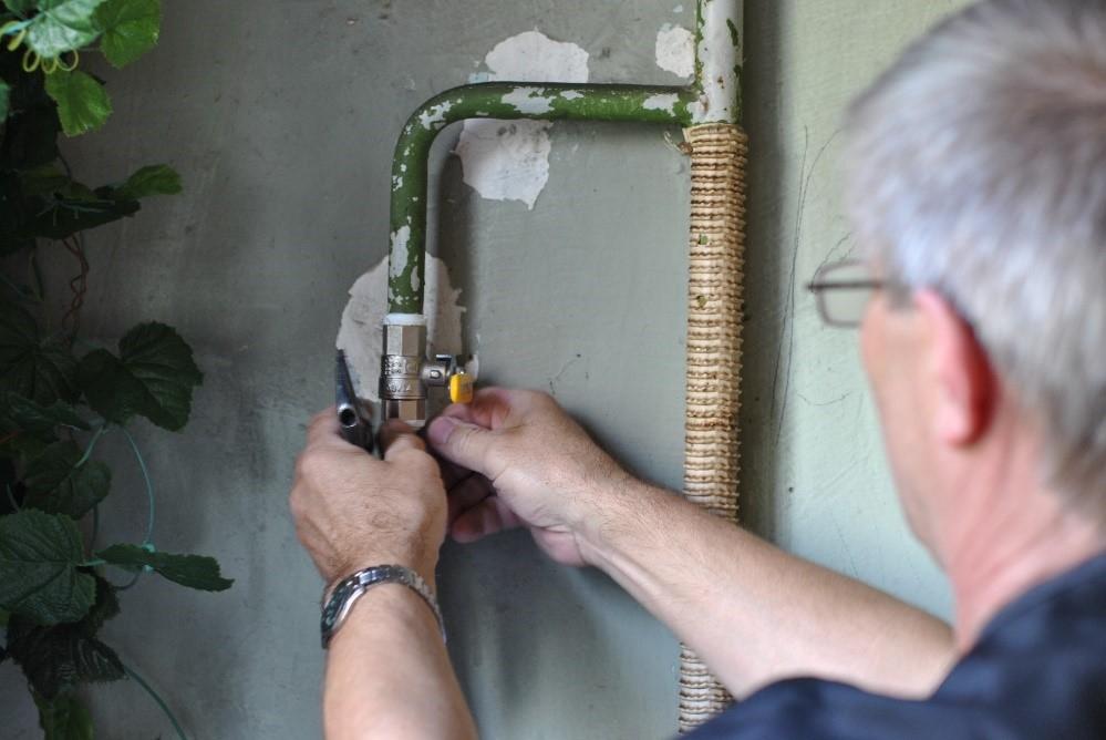 Вентиль заворачивается до упора от руки, затем примерно на 1 оборот ключом.