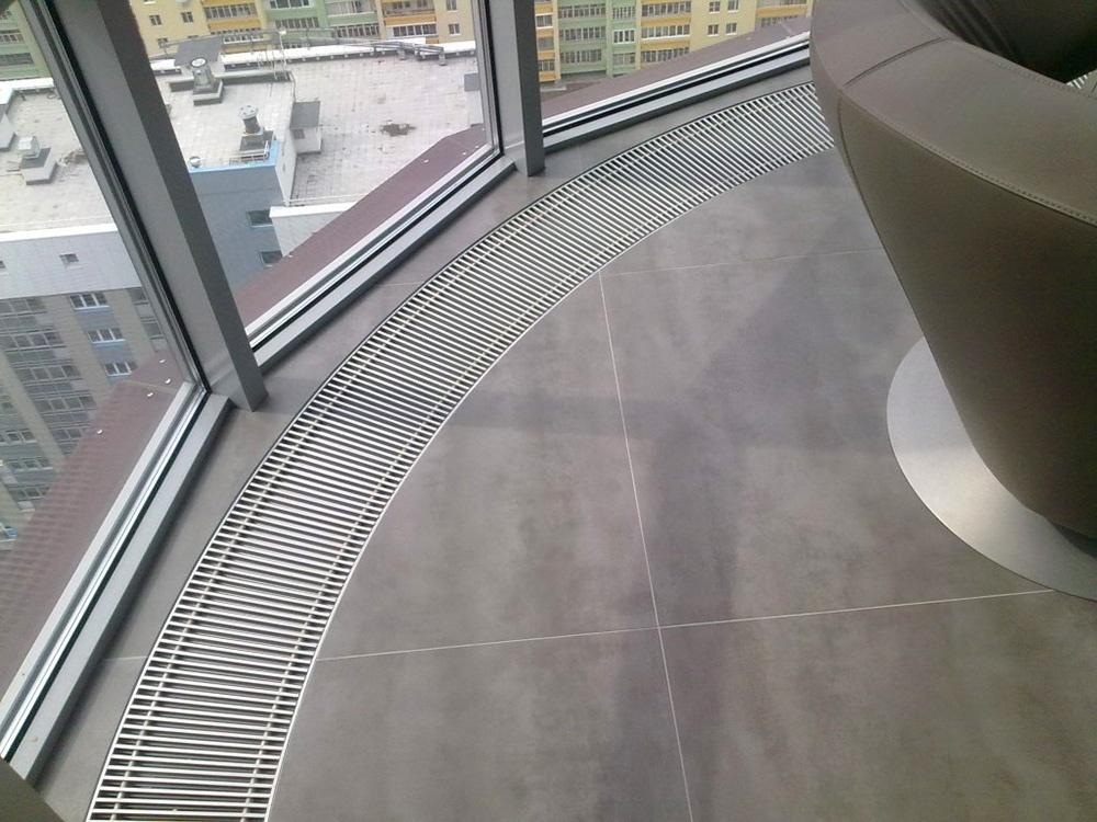 Водяные конвекторы под панорамным окном