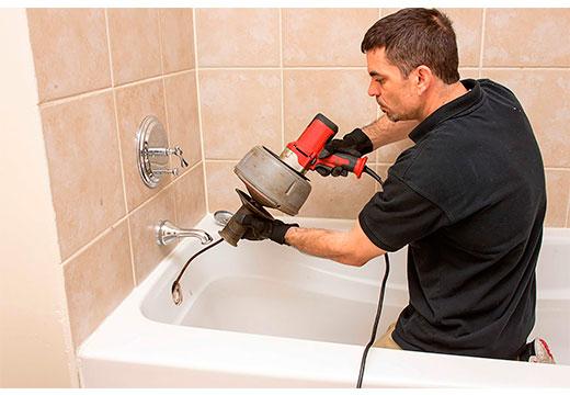 прочистка засора в ванной