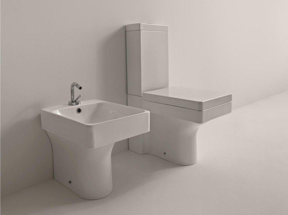Довольно часто в такие поставки входит невысокое биде, которое по своей сути является низким умывальником или небольшой ванночкой