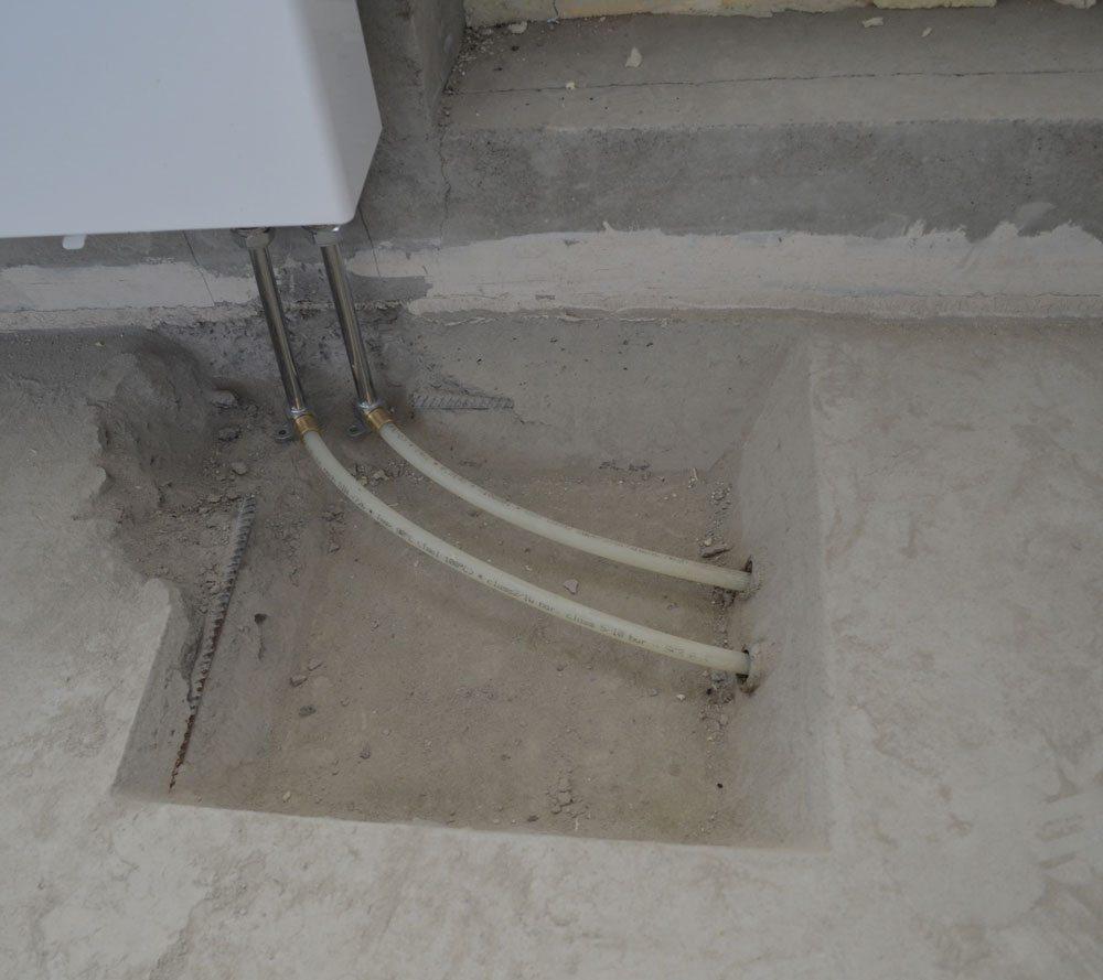 Трубы находятся в толще бетона