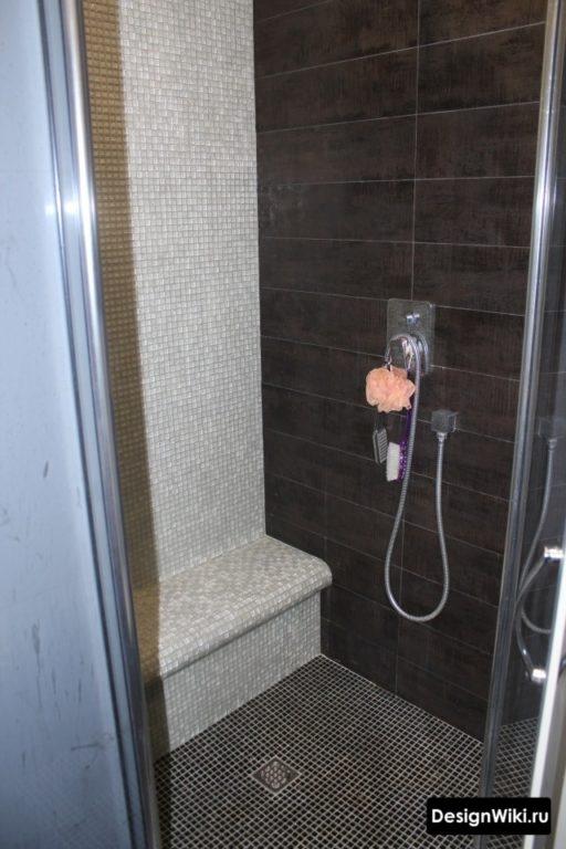 Мозаика на полу душевой в ванной