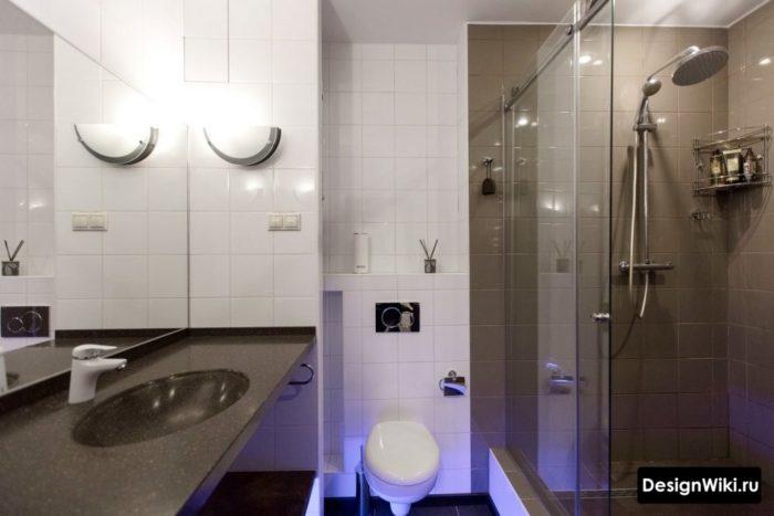 Натяжной потолок в ванной комнате с душем и туалетом