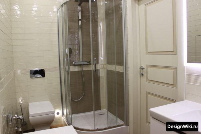 Стеклянный душевой уголок с поддоном в ванной