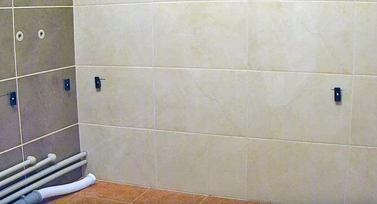Заводской крепеж для фиксации бортика к стене