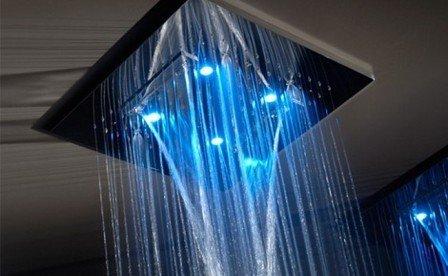 Один из практичных и оригинальных вариантов - тропический душ в ванной комнате