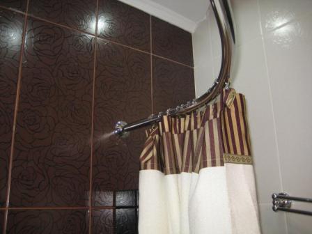 Устанавливаем над ванной специальную штангу со шторой и получаем ванну и душ 2 в 1