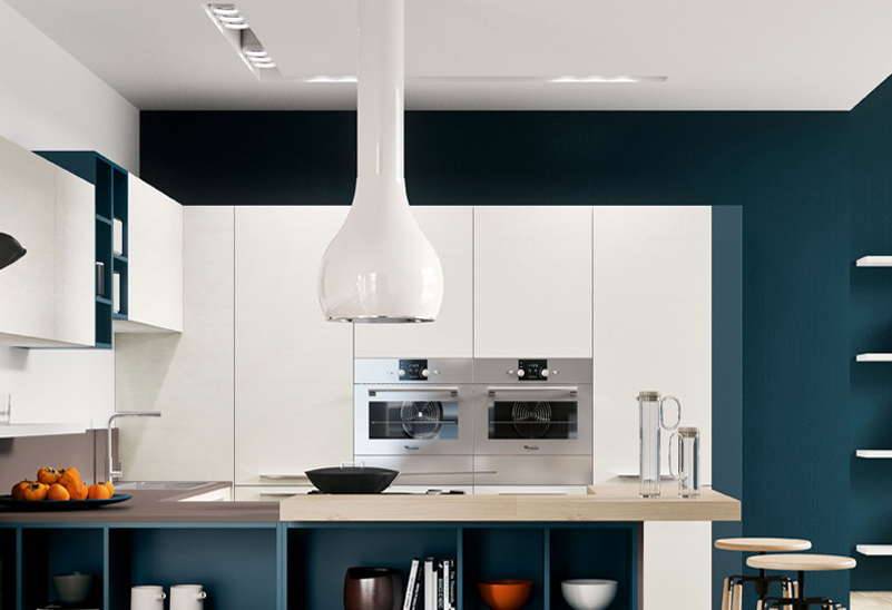 Дизайнерская вытяжка белого цвета над кухонным островом