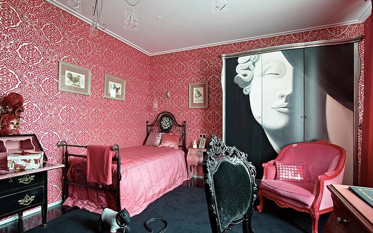 Оригинальное сочетание розового и темных оттенков в интерьере спальни