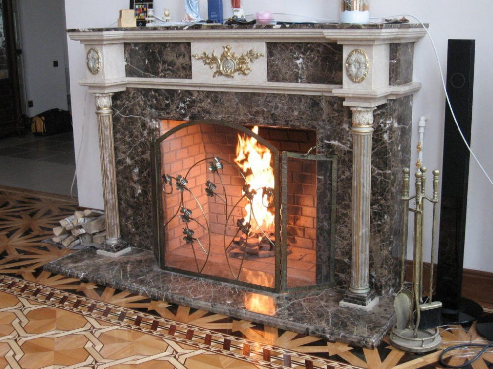 Облицовка камина мрамором производится с помощью специального монтажного клея, предназначенного для крепления камня