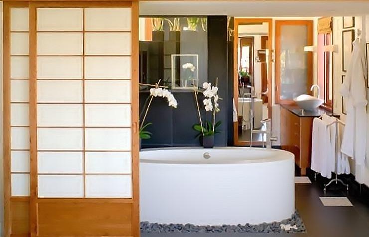Классический японский стиль декора ванной - это бумажные перегородки и галька вокруг ванной