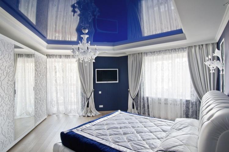 Двухуровневые натяжные потолки в спальне
