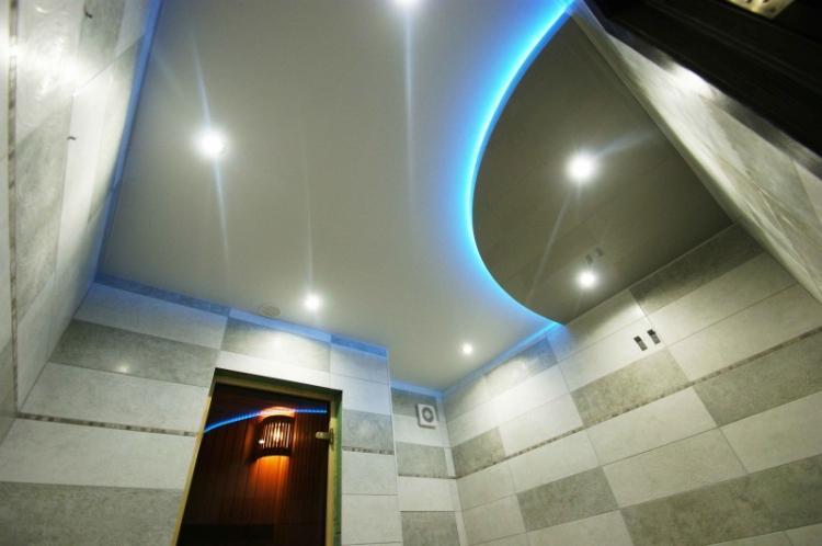 Двухуровневые натяжные потолки в ванной комнате