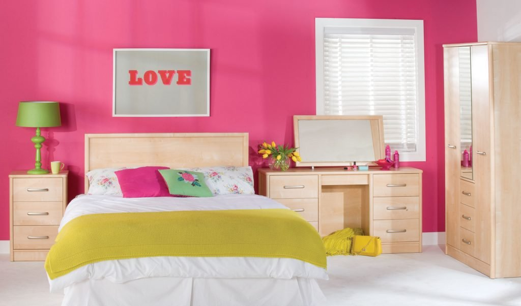 Стильная спальня с розовыми стенами
