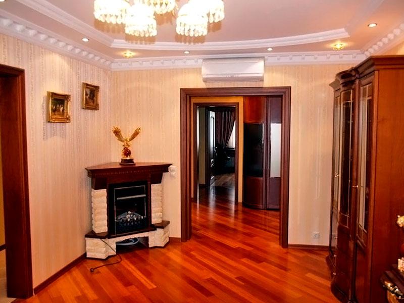 электрический камин в интерьере гостиной