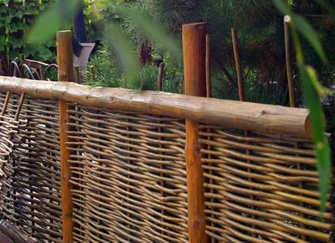 Забор из прутьев ивовой лозы