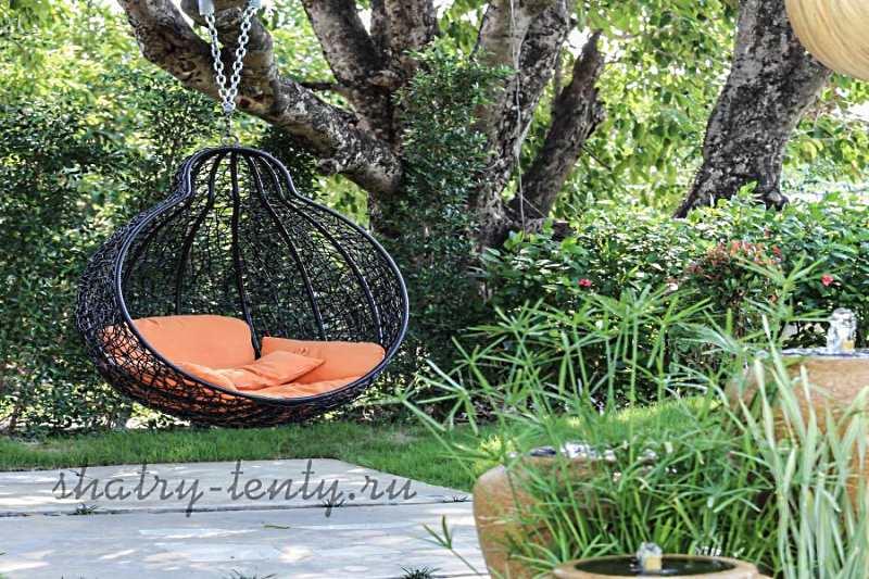 Подвесное кресло- шезлонг в саду