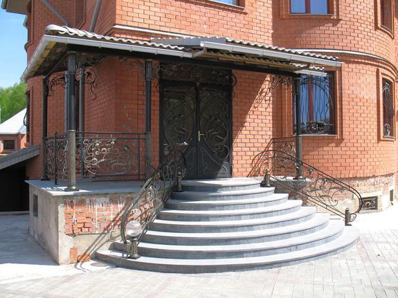 Полукруглое крыльцо из бетона к дому