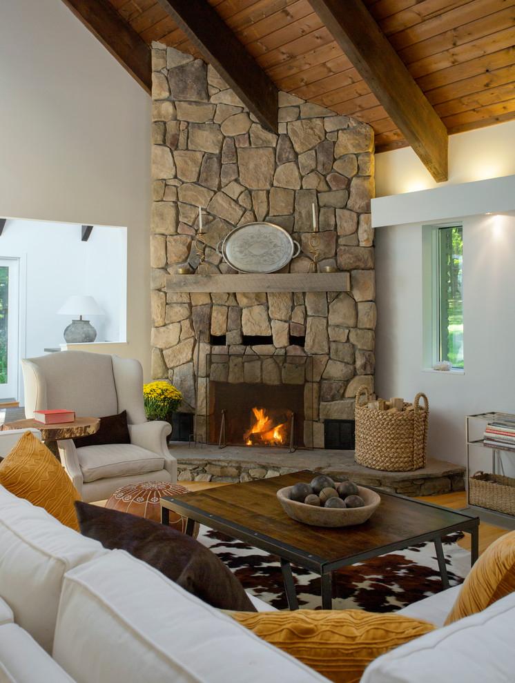 Угловой камин в стиле кантри в интерьере гостиной загородного дома