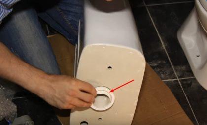 Накладывание пластмассовой шайбы. Без нее заворачивать гайку было бы сложнее