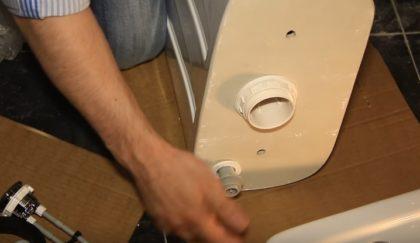 Процесс установки заливного клапана в бачок