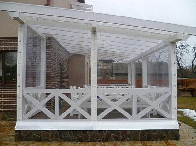 Беседка с прозрачными мягкими окнами из ПВХ.